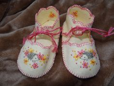 Hedgehogs and Daisies Embroidered Felt Baby Shoes by dragonbees, $16.95