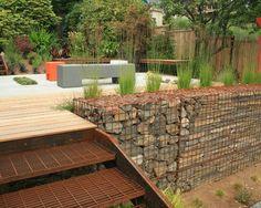 un mur en gabion près de la terrasse