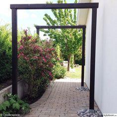 Paradisbusken i blom i trädgårdspassagen. Garden Arbor, Garden Shrubs, Garden Boxes, Diy Pergola, Patio Fence, Modern Garden Design, Family Garden, Garden Structures, Tropical Garden