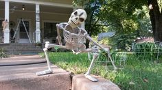 Pose your skeleton in a menacing crouch! This is a great idea and would look so neat! Happy Halloween!