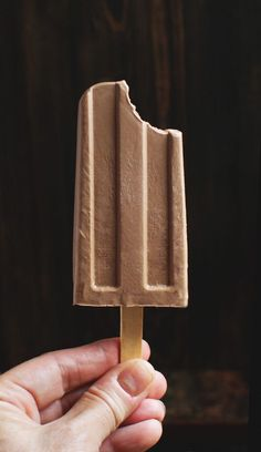 Easy Low-Carb Fudge Popsicles Recipe - Simply So Healthy Kid Desserts, Frozen Desserts, Frozen Treats, Fudge Popsicle Recipe, Popsicle Recipes, Popsicle Molds, Popsicle Sticks, Friendly's Ice Cream, Low Carb Ice Cream