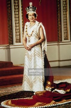 Queen Elizabeth II poses for a silver jubilee portrait in the Throne Room of Buckingham Palace, 6th February 1977. (Photo by Hulton Archive/Getty Images)