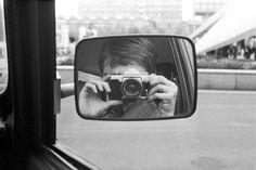 Fotogalería: Desde dentro de la Stasi  Para matar el tedio entre foto y foto de los sospechosos, este agente de la Stasi se inmortalizó en un autorretrato. También estas imágenes acababan en los insaciables archivos de la temida policía política de la RDA, de donde las rescató Simon Menner para su nuevo libro 'Top Secret'. SIMON MENNER