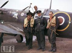 Jan Zumbach (left), Polish fighter pilot in RAF, 1942
