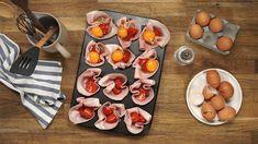 Je ein Ei in die mit Schinken ausgelegten Formen schlagen und mit etwas Salz und Pfeffer würzen.