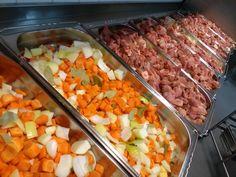 Tässä viittä vaille valmiina uuniin lähdössä possujuurespata! Mallaspossun lihaa tarjoiltiin ja lähellä kasvaneita juureksia! Juvakodin keittiössä.😋