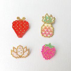L'ananas et la fraise sauvage rose sont des modèles de moi même. La grosse fraise rouge est un motif de @b_l_a_c_k_p_e_a_r_l et la fleur de lotus de @lili_azalee.