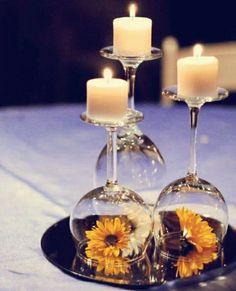 Tischdeko mit Kerzen und Blumen unter Glas, Spiegel z.B. von Ikea im Viererpack