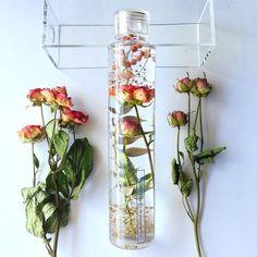 お1つずつ丁寧にドライにされた薔薇園のアンティークローズ2種を、華やかなゴールドリーフと一緒にエレガントなハーバリウムにしました。まるで生花のようなフレッシュ感のあるペッパーベリーがポイントです。〇他にはない、コルクを埋め込んだクリアなキャップがワインボトルのような上品さを漂わせます。【ギフトボックスシールのメッセージをお選びいただけます】A.Thirlays FlowerB.Happy BirthdayC.Happy weddingDHappy…