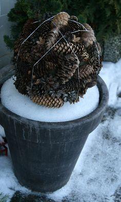 Kreativ Lycke: Kongleball og Julepyntet Dørkrans Diy Door, Diy Christmas, Homemade, Plants, Creative, Home Made, Plant, Hand Made, Planets
