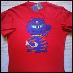 Camiseta pintada a mano. https://www.facebook.com/sandoranekoneko http:/sandoraneko.blogspot.com