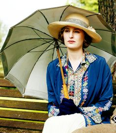 rose-crawleys:  Lady Edith being a cutie with her umbrella  (ノ◕ヮ◕)ノ*:・゚✧