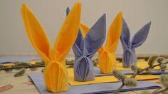 pliage de serviettes en papier coloré en forme de lapins pour une déco festive