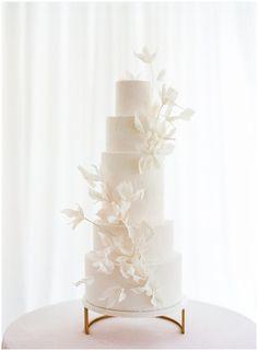 White Wedding Cakes, Elegant Wedding Cakes, Elegant Cakes, Beautiful Wedding Cakes, Wedding Cake Designs, Cake Wedding, Wedding Gowns, Purple Wedding, Wedding Cake Flowers