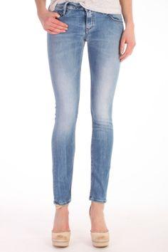 De jeans Skinny+ FFS van Denham the Jeanmaker is een skinny Fit. De jeans is samengesteld uit 74% katoen, 24% poyamide en 2% elastane. Artikelnummer: 02-13-12-11-123 - Skinny+ FFS
