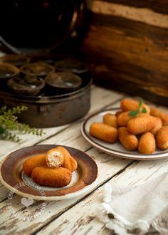 Croquetas de Pollo Recipe (Chicken Croquettes): very popular as party food and street food, also common at Dominican Christmas dinner tables. Dominican Food, Dominican Recipes, Tapas, Appetizer Recipes, Dessert Recipes, Appetizers, Pollo Recipe, Chicken Croquettes, Pollo Chicken