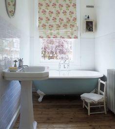 Clean shabby chic design - bathroom decor.