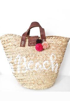 Le borse di paglia sono di grande tendenza anche per questa estate e le più gettonate sono decorate con pompon e/o nappine colorate. Perch...