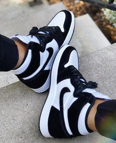 All Nike Shoes, Nike Shoes Air Force, Kicks Shoes, Hype Shoes, Nike Shoes Outlet, Cute Sneakers, Sneakers Nike, Jeans And Sneakers Outfit, Nike Shoes Huarache