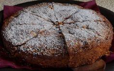 Delícia de Nozes Other Recipes, My Recipes, Sweet Recipes, Cake Recipes, Food Cakes, Just Desserts, Delicious Desserts, Brownie Cupcakes, Portuguese Recipes