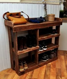 DIY Shoe/Boot Rack Superbly Practical And Convenient Shoe Rack Designs Selecting Furniture for a Pla Over Door Shoe Rack, Wood Shoe Rack, Diy Shoe Rack, Shoe Racks, Shoe Rack Pallet, Pallet Shelves Diy, Diy Rack, Shoe Shelves, Shelving