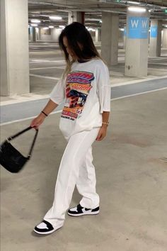 Indie Outfits, Teen Fashion Outfits, Retro Outfits, Cute Casual Outfits, Tomboy Outfits, Tomboy Fashion, Streetwear Fashion, White Tshirt Outfit, Outfit With White Pants