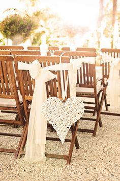 Boda rústica - sillas de ceremonia con lazos y corazón de madera. #decoracionbodas #detallesboda #bodaenelcampo www.thebestweddingever.es