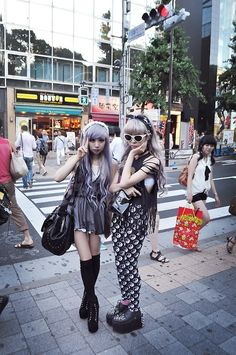 Japanese Street Fashion and Its Impact To the Worldwide Fashion Scene: Japanese Street Fashion 4 Grunge Goth, Nu Goth, Pastel Grunge, Soft Grunge, Japanese Streets, Japanese Street Fashion, Tokyo Fashion, Harajuku Fashion, Korean Fashion