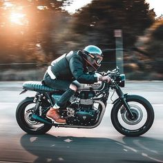 This type of cafe racer triumph is truly a magnificent design alternative. Triumph Cafe Racer, Cafe Racer Motorcycle, Motorcycle Style, Triumph Motorcycles, Motorcycle Gear, Cafe Racers, Bobbers, Cafe Racer Dreams, Bike Motor