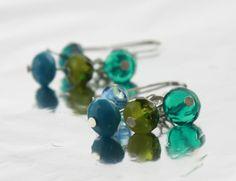 ♥ Zauberhafte Ohrhänger in Blau und Grün ♥     Jeweils 4 verschiedenfarbige geschliffene Tschechische Glasperlen sind an jedem Ohrhänger an verschie