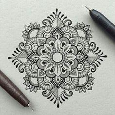 40 Beautiful Mandala Drawing Ideas & How To - Brighter Craft 40 Beautiful Mandala Drawing Ideas & Inspiration - Brighter Craft Mandala Doodle, Mandala Art Lesson, Mandala Artwork, Mandala Painting, Mandala Sketch, Zen Doodle, Abstract Paintings, Art Paintings, Mandala Design