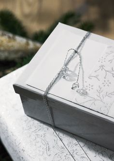 Glæd dine nærmeste med flotte gaver Brug bladsølv, prismer, bånd, håndlavet papir, tapet – kun fantasien sætter grænser. Køb flotte æsker, bind fx tynd sølvtråd rundt om, og afslut med et par prismer. Lav søde til og fra-kort i karton, og beklæd den ene side med bladsølv. Forsegl dine gaver, så er du sikker på, at ingen åbner dem i skjul. Alle nævnte materialer kan købes i Panduro Hobby.