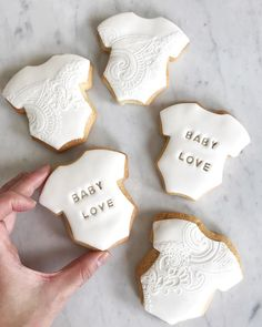 Adorable onesie cookies for a baby shower - party favors or dessert table. Baby Shower Cakes Neutral, Idee Baby Shower, Shower Bebe, Baby Shower Favors, Baby Shower Parties, Baby Boy Shower, Baby Shower Gifts, Baby Shower Decorations Neutral, August Baby Shower
