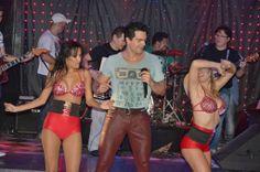 O cantor Ninno Moura faz show no Biroska