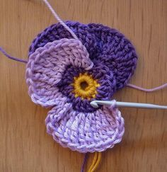 Beautiful Crochet Pansy from the lovely Dutch blog blijmetdraadjes Great Picture Tutorial, and pattern. With a little help from Google Trans...