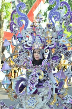 Do you know that this costume is heavy? The most heavy costume is 40 kg & this one could take around 2-5 kg roughly guess. So, the effort of carnivee to stay smile despite heavy costume is four thumbs up!  http://travellingaddict.wordpress.com  #waci #jemberfashioncarnival #jemberfashioncarnival2016 #jff #jff2016 #wonderfulindonesia #visitindonesia #indonesia #jember #travel #instatravel #carnival #carnivalindonesia #worldcarnival #nikon #nikond7000 #dynandfariz