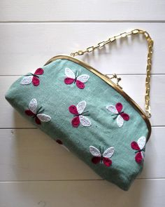 jpg Really like the color combination of this clutch bag. Hand Embroidery Flowers, Embroidery Bags, Hand Embroidery Patterns, Embroidery Thread, Embroidery Designs, Shibori Fabric, Frame Purse, Diy Purse, Handmade Bags