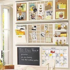 Normalmente a cozinha é o centro da sua casa e aonde todo mundo se encontra desde o café da manhã até a hora da janta. Então é o local perfeito para você exibir suas notas lembretes e lista de compras e afazeres... Instalar um quadro de avisos na sua cozinha é um item perfeito para você que vive na agitação do dia a dia! #santaajuda #organização #cozinha #micaelagoes #GNT #cozinhaorganizada