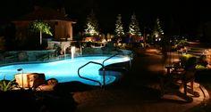 Voici l'ambiance de la piscine extérieure le soir / Here is out outdoor pool during the evening.