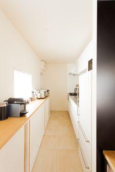 キッチンバックの壁面には収納棚を造作しました。作業台としても使うことができて便利ですよ。#U様邸菊名 #キッチン #収納 #作業台 #シンプルな暮らし #インテリア #EcoDeco #エコデコ #リノベーション #renovation #東京 #福岡 #福岡リノベーション #福岡設計事務所 Kitchen Cabinets, Apartment Ideas, Home Decor, Decoration Home, Room Decor, Cabinets, Apartment Interior, Home Interior Design, Dressers