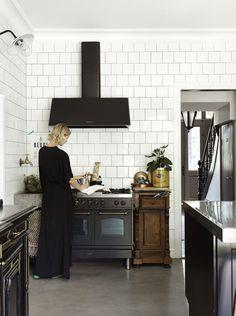 Home Remodel Ideas black white kitchen vibe!Home Remodel Ideas black white kitchen vibe! Classic Kitchen, Stylish Kitchen, New Kitchen, Kitchen Dining, Kitchen Decor, Kitchen Black, Kitchen Tiles, Eclectic Kitchen, Scandinavian Kitchen