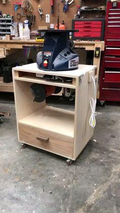 Garage Workbench Plans, Diy Workbench, Woodworking Bench Plans, Easy Woodworking Projects, Small Woodworking Shop Ideas, Table Saw Workbench, Mobile Workbench, Tool Table, Woodworking Garage