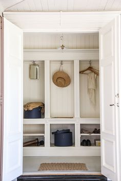 platsbyggd förvaring i hallen Storage solution for hallways, summerhouse country style, IKEA hack