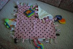 sensory blanket - way cute idea Tag Blanket Tutorial, Picnic Blanket, Outdoor Blanket, Sensory Blanket, Sensory Bags, Kids And Parenting, Baby Items, Crochet Baby, Little Ones