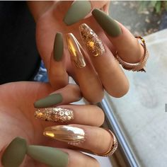 Gold accent nails / green and gold nails / glitter / good glitter / olive green nails Aycrlic Nails, Gold Nails, Cute Nails, Pretty Nails, Hair And Nails, Coffin Nails, Matte Green Nails, Cute Fall Nails, Manicure