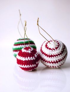Sofia Sobeide: Crocheted Christmas Ornaments Baubles - Free pattern - next year Crochet Christmas Decorations, Crochet Decoration, Crochet Christmas Ornaments, Christmas Crochet Patterns, Holiday Crochet, Christmas Tree Ornaments, Tree Decorations, Christmas Presents, Crochet Crafts