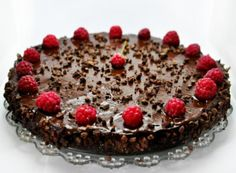 This is a recipe for raw vegan chocolate and raspberry cake, ready in less than half an hour! You can make this raw vegan chocolate cake with other berries too! Raw Vegan Cake, Raw Vegan Desserts, Raw Cake, Raw Vegan Recipes, Vegan Sweets, Healthy Sweets, Healthy Food, Healthy Eating, Healthier Desserts