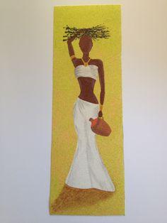 """Lamina de polyphan, donde se ha elaborado un precioso dibujo, con técnica arenas de colores. Motivo: """"mujer africana"""". Listo para enmarcar. Se puede hacer por encargo, contactar con nosotros. Medidas: 15 x 45 cm.  Precio 15€. Gastos de envío gratuitos a partir de 35€  http://www.telasytentaciones.com/es/inicio/nuestro-rincon-artesanal/artesania/cuadro-de-arena-joven-africana#sthash.qUZoRXhx.dpuf"""
