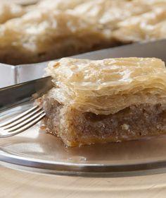 Στα μεγάλα οικογενειακά τραπέζια αυτό το σιροπιαστό γλυκό –κάτι ανάμεσα σε κέικ και μπακλαβά– θα μας βγάλει ασπροπρόσωπους! Greek Sweets, Greek Desserts, Party Desserts, Greek Recipes, Greece Food, Pastry Shop, Confectionery, Sweet Treats, Good Food