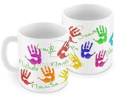 tazza con impronte colorate di mani